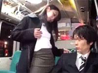 バス内でノーブラ勃起乳首を乗客に見せつけて挑発する露出狂の人妻