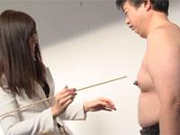 校長先生(♂)の肥大したデカ乳首を見てあざ笑う嬢王様