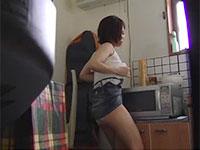 胸ポチを弄りながら台所で角オナニーに励む女