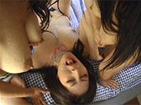 二人の母乳ママから顔に大量の母乳を噴射されるギャル