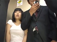 エレベーターで隣になったリーマンに肘でノーブラ乳首を刺激されて思わず勃起してしまう若妻
