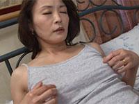 ベッドでキャミの上から勃起乳首をイジってオナニーする美熟女