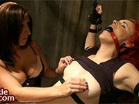 乳首フェザータッチ責めで軽いニップルオーガズムを繰り返す赤毛外人