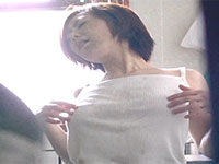 夕方の台所でノーブラ乳首を弄りながら股間を濡らしてオナニーする若妻を盗撮