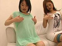 若くて可愛い女の子二人がローションで乳首を刺激して仲良く勃起させているシーン