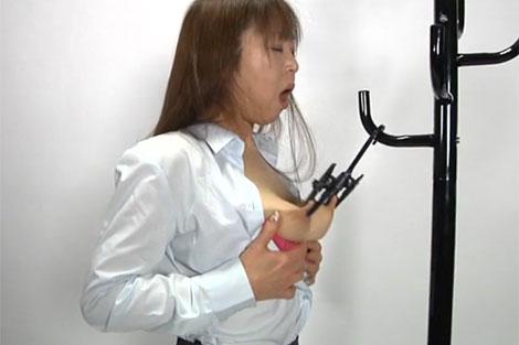 ハンガーで乳首オナニーする熟女