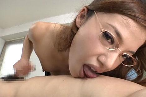 患者の乳首を舐めて治療する女医