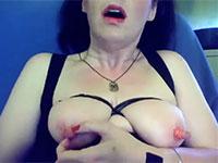 乳首をゴムで強く縛った後で摘んだり弾いたりして自虐乳首オナニーする外人