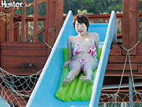 夏だ!プールだ!スライダーで水着がズレて乳首ポロリだ!