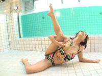ビキニを着た軟体熟女がプールサイドで柔軟乳首オナニー!