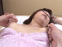 熟れて伸びた長い乳首を強く引っ張られるのが快感な熟女、笹岡志保
