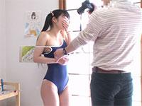 撮影の為!と言いスク水の上から乳首を指でカリカリして女の子のエッチな表情を引き出す名カメラマン
