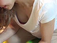 とあるベ●マサークルでギャル系美人ママの胸元から見える谷間や乳首チラを盗撮した動画