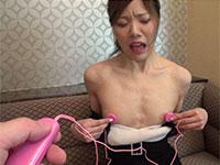 陥没乳首の美乳女子が乳首ローターで刺激されて激しく感じている表情がこちら