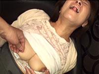 デカ乳首をちょっと痛いほど摘み捻られるのが感じてしょうがない柳田和美さん