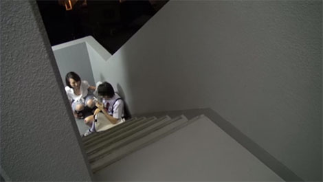 マンションの階段で怪我をした少年を発見