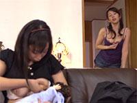 子育て中のママ友が授乳中こっそり背後で乳首オナニーを始める我慢出来ないレズママ