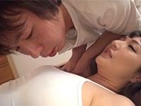 ノーブラで乳首ポッチを目立たせながらマッサージを受けるお姉さんの乳首に目が釘付けの施術師www
