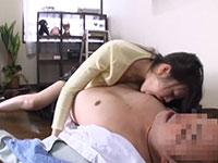他人妻が修理屋のオジサンの勃起チ●ポに発情して激しく襲いかかり乳首を舐めるシーンが秀逸