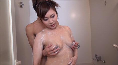 石鹸で乳首を洗われて感じてしまうヤンママ