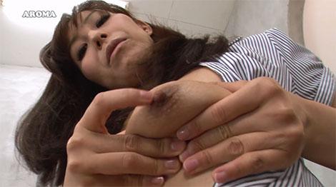 挑発しながら乳首を弄る葵紫穂