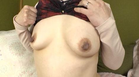 鈴波朋子さんのエロデカ黒乳首