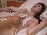 白いビキニを着た熟女をベッドに寝かせ、指と筆と電マで乳首アクメするまで乳首責めするの巻