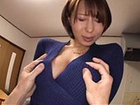 超絶卑猥な乳首ビンビンロケット巨乳の枢木みかんさんがノーブラニットの上から乳首弄りされるシーン!