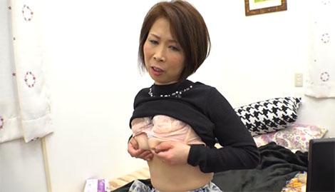 息子の部屋で乳首オナニーをする鈴波朋子さん
