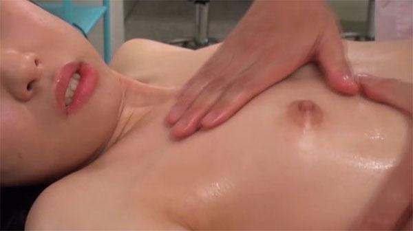 バストアップと称して乳首を弄られる女性