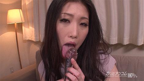 ディルドを舐めながらエロ表情をする菅原奈緒美