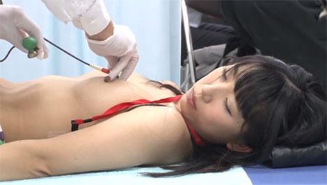 吸盤設置の最中も乳首弄り