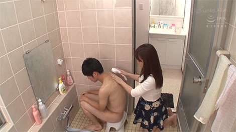 イジメられていた友達を洗う姉