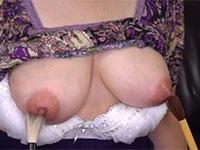 49歳だけど張りの有る巨乳妻カオリさんが両乳首を筆で乳首責めされ乳首の快感に浸っている動画!