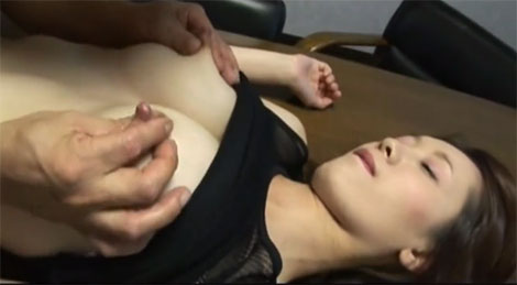 乳首から母乳が染み出してくるママ