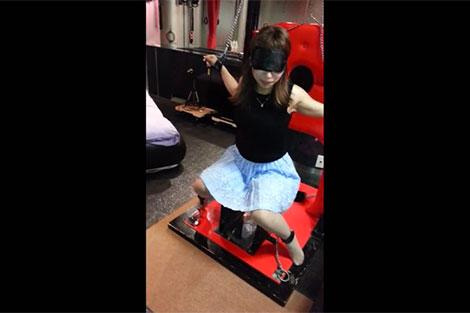 アイマスクを付けられ椅子に拘束される女性