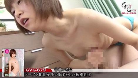チ●ポを自分の乳首に擦り付ける