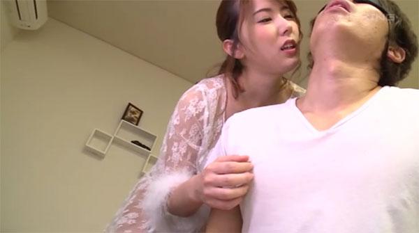 目隠しをされTシャツの上から乳首を弄られるM男