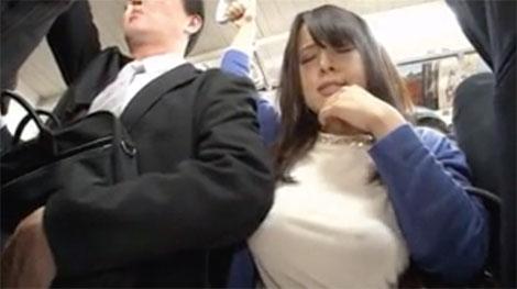 隣のリーマンの肘に乳首を擦り付け始める西村ニーナ
