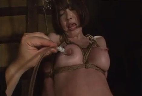 囚われた女剣士が乳首吸引を受ける