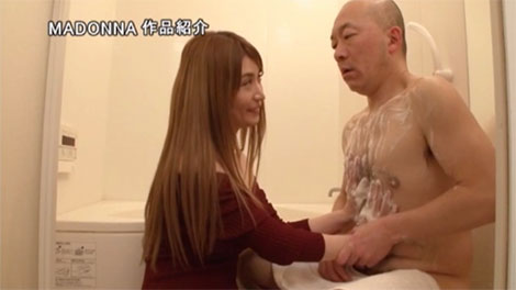 体を洗うと見せかけて挑発する妻