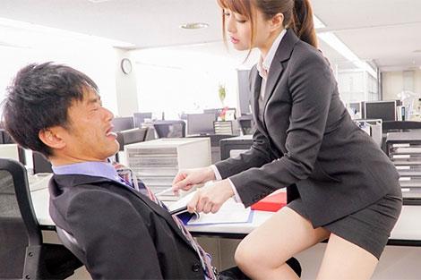 男性社員の乳首弄り挑発