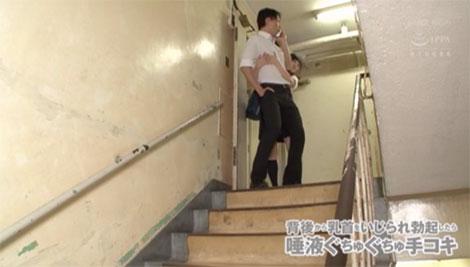 学校内で乳首に襲いかかってくるJK