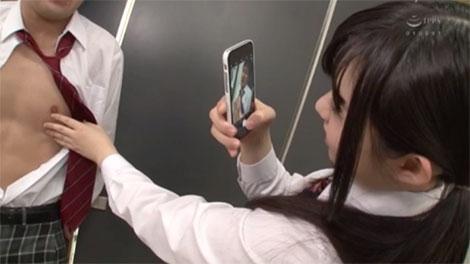 男子生徒の乳首をスマホで撮影するJK