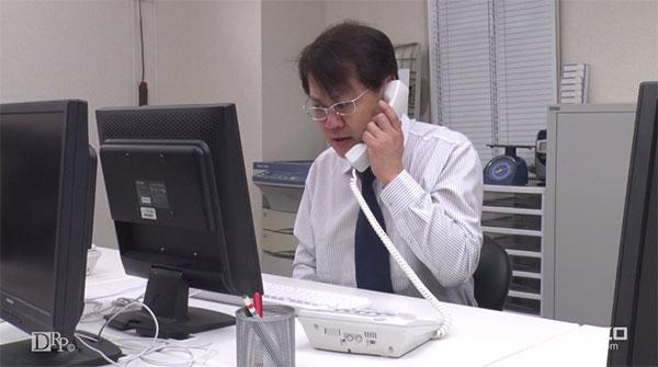 クレームの電話を受ける上司