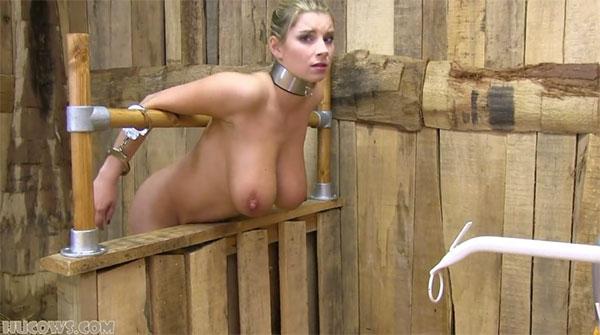 納屋に監禁される金髪美女