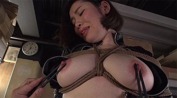特殊警察に乳首を摘まれ尋問される女性