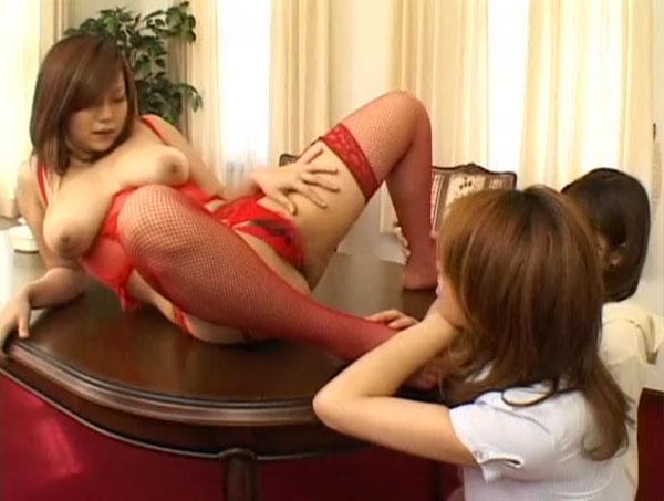 スケベランジェリー姿でテーブルに寝かされる三女
