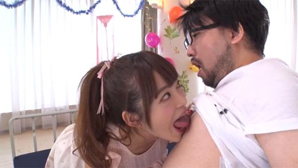 ファンの乳首を舐める桜もこちゃん