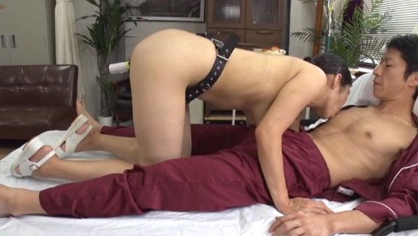 四つん這いになって乳を垂らしながら男性患者の乳首を舐め続けるみのり